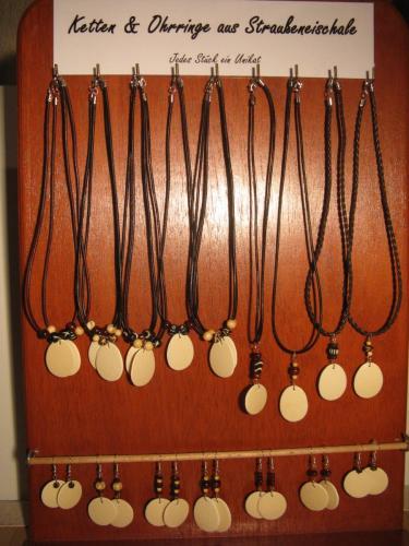 Ketten und Ohrringe aus Straußeneischale