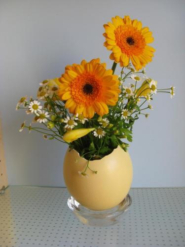 Straußeneivase mit Sonnenblumen