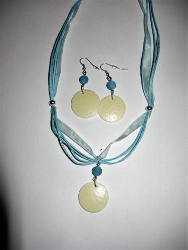 Set aus Ohrringe und Halskette