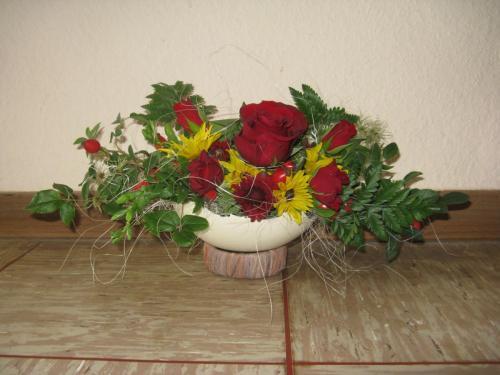Straußeneivase mit Rosen Quer